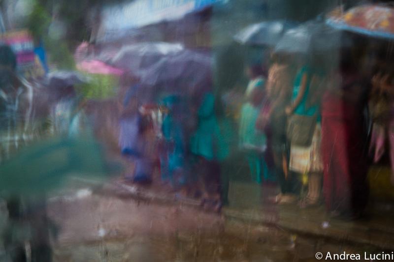 Gente sotto il Monsone dal finestrino  del Taxi